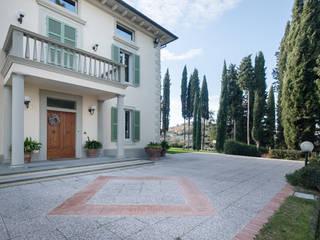 la decorazione della pavimentazione esterna: Villa in stile  di Morelli & Ruggeri Architetti