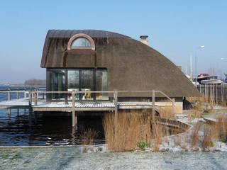 Villa aan het water te Loosdrecht:   door Architectenburo de Vries en Theunissen