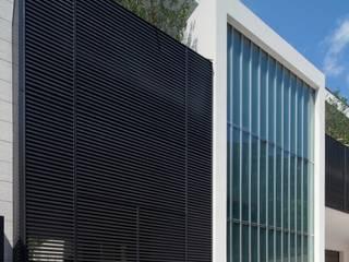 R-HOUSE 2012 ガラスファサード: 安藤貴昭建築設計事務所が手掛けた家です。