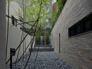 R-HOUSE 2012 エントランスガーデン: 安藤貴昭建築設計事務所が手掛けたロックガーデンです。