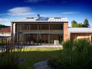 Casas unifamiliares de estilo  por Kneer GmbH, Fenster und Türen