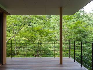 インナーテラス: 安藤貴昭建築設計事務所が手掛けたベランダです。