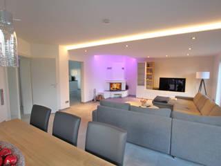 Wohnraum mit Kamin und Essecke: minimalistische Wohnzimmer von Innenarchitekturbüro Jürgen Lübcke