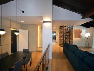 Appartamento Contrada delle Cossere: Soggiorno in stile in stile Minimalista di Gianfranco Sangalli Architetti