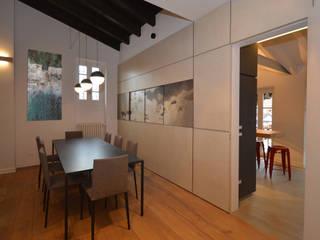 Appartamento Contrada delle Cossere: Sala da pranzo in stile in stile Minimalista di Gianfranco Sangalli Architetti