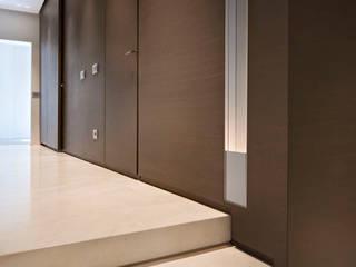 Appartamento Corso Cavour: Ingresso & Corridoio in stile  di Gianfranco Sangalli Architetti, Minimalista