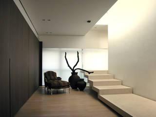 Attico Mille Miglia: Ingresso & Corridoio in stile  di Gianfranco Sangalli Architetti, Minimalista