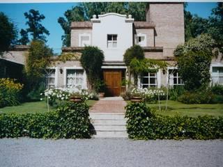 CASA EN MARTINDALE: Casas de campo de estilo  por Estudio Dillon Terzaghi Arquitectura