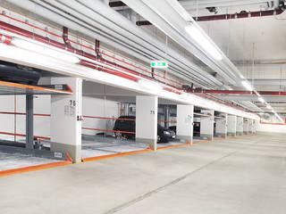 KLAUS MULTIPARKING COLOMBIA モダンデザインの ガレージ・物置