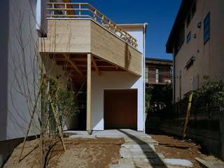 毛利台の家: 前田工務店が手掛けた廊下 & 玄関です。
