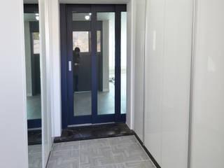 Modern Corridor, Hallway and Staircase by 씨엘하우스 Modern