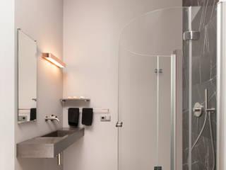 Entspannt Dusche auf 3qm: moderne Badezimmer von Badmanufaktur H&S GmbH