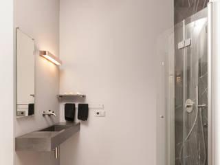 Viel Bewegungsfreiheit trotz kleiner Grundfläche : moderne Badezimmer von Badmanufaktur H&S GmbH