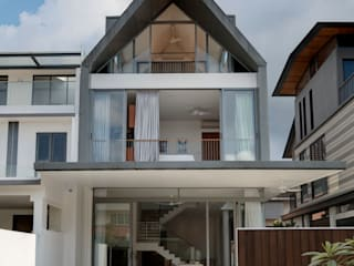 Modern Attap House at 48 Jalan Sukachita Modern houses by Lim Ai Tiong (LATO) Architects Modern