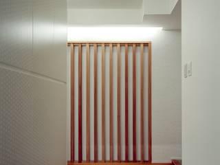 Couloir et hall d'entrée de style  par 株式会社西田順紀アトリエ,