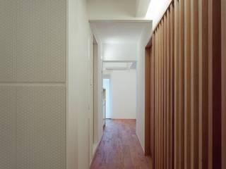 Modern Corridor, Hallway and Staircase by 株式会社西田順紀アトリエ Modern