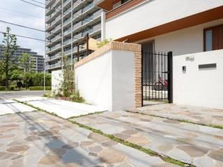 広い駐車場と家族がくつろげる白のタイルのテラス: 株式会社 風知蒼が手掛けた家です。