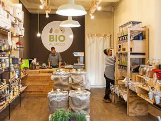 Bio al Sacco: vista dall'ingresso: Negozi & Locali commerciali in stile  di Rifò