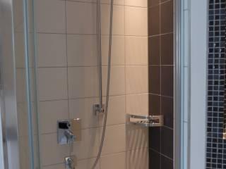 Platzsparende Dusche : moderne Badezimmer von Badmanufaktur H&S GmbH