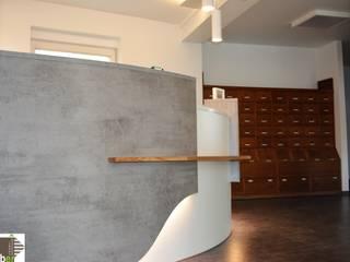 Cliniche moderne di Schreinerei Huber Moderno