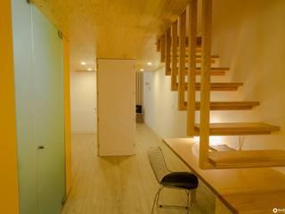 APARTAMENTO PEIXOTO: Corredores e halls de entrada  por Nuno Ribeiro arquitecto