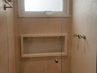 Baños de estilo moderno de ICONO Projetos e Interiores Moderno