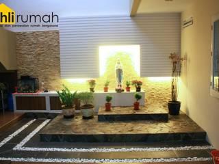 Rumah Tinggal Ibu Cucu:  Kolam taman by ahlirumah.id