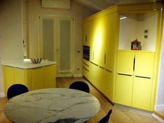 UNA BOMBONIERA IN MANSARDA: Cucina attrezzata in stile  di Falegnameria De Stefano