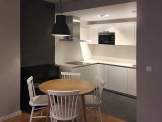 Reforma integral de un piso de 45m2 en Deusto: Cocinas integrales de estilo  de Muka Design Lab