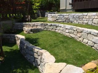 石積みの庭: 庭や煌久が手掛けたロックガーデンです。