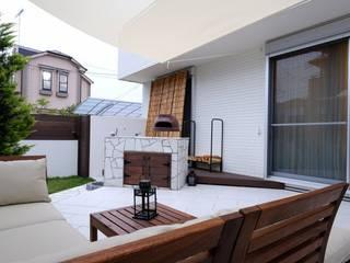白いタイルテラス・ガーデンキッチンでアウトドアリビング: 株式会社 風知蒼が手掛けた庭です。
