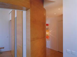 Twin flats: Ingresso & Corridoio in stile  di officinaleonardo, Minimalista
