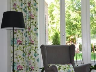 Zasłony i rolety rzymskie do pomieszczeń w stylu angielskim Klasyczne okna i drzwi od STYL Studio Wnętrz Klasyczny