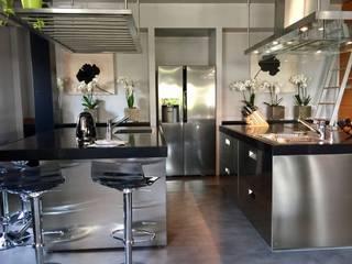 doppia isola: Cucina in stile in stile Moderno di arclinearoma