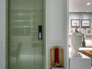 APARTAMENTO BARRA - BA: Portas  por Pires e Medeiros Arquitetura,Moderno