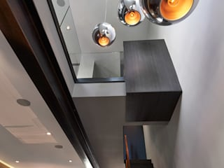 Corredores, halls e escadas modernos por KUBE architecture Moderno