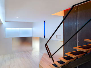 Modern media room by KUBE architecture Modern