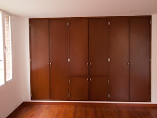 Walk in closet de estilo  por AMR estudio, Moderno