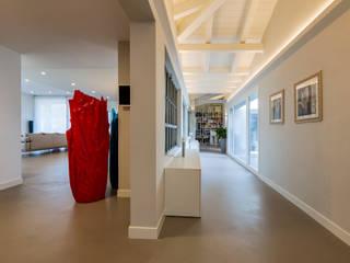Pasillos, vestíbulos y escaleras modernos de Elia Falaschi Photographer Moderno