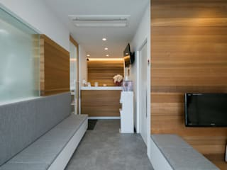 Modern clinics by Studio R1 Architects Office Modern