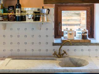 Cascina I Ronchi Andrea Chiesa è Progetto Immagine Cucina in stile rustico Marmo Bianco