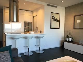 Cuisine ouverte sur le séjour: Cuisine intégrée de style  par Christine Vuillod, Architecte d'intérieur