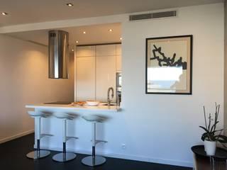 Rénovation d'un appartement 38 m2 dans un style moderne: Cuisine de style de style Moderne par Christine Vuillod, Architecte d'intérieur