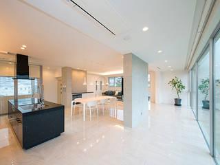 2層の地下空間を擁する4層のRC住宅 モダンデザインの リビング の JPホーム株式会社 モダン