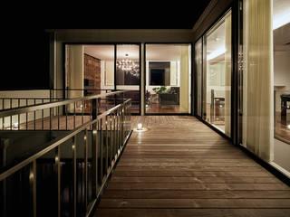 自然環境を取り込むフィルターの家: 一級建築士事務所 株式会社KADeLが手掛けたベランダです。