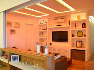 Apartamento S.: Salas de estar  por Priscila Kunenn Arquitectura de Interiores
