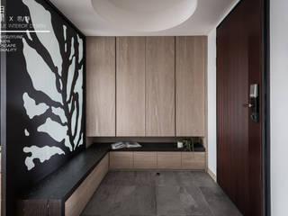 Pasillos y vestíbulos de estilo  por 百玥空間設計, Ecléctico