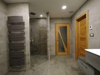 Salle d'eau spacieuse - douche italienne avec robinetterie encastrée: Salle de bains de style  par RG Intérieur