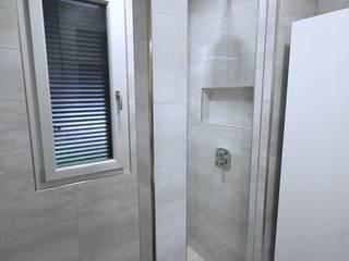 Petite pièce, grande salle d'eau : Salle de bains de style  par RG Intérieur