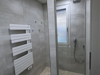 petite piece, grande douche: Salle de bains de style  par RG Intérieur